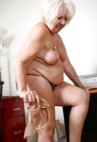This chunky housewife loves to show you her stuff