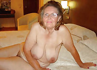 Old babe fucks on the bed